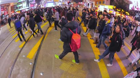 viagens de negócios : Overcrowded crosswalk in city downtown near Sogo. Hong Kong in slow motion