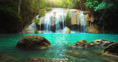 прекрасный : Idyllic waterfall and amazing nature. Sunlight and wild pond in jungle forest