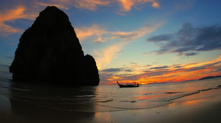 провинция : Sea coast of Thailand at sunset with tourist boat approaching the beach Стоковые видеозаписи