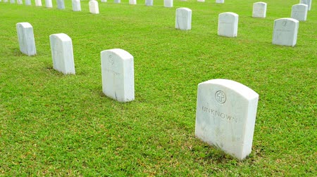 veterano : US military cemetery with many marble headstones of unknown soldiers graves Vídeos