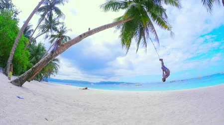 filipíny : Boracay island tropical resort in Philippines. Local kids on beach slow motion