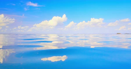 oceano : Beautiful nature scene of sky and clouds reflect in tranquil blue water 4K video Vídeos