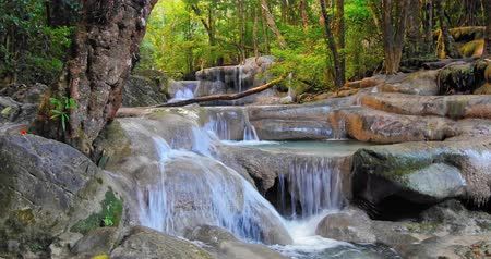 paraíso : Beautiful waterfall landscape. Green jungle forest in Thailand tropical paradise