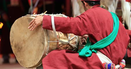 племенной : Ethnic musician plays traditional Ladakh drum music rythm at festival in Hanu village Стоковые видеозаписи