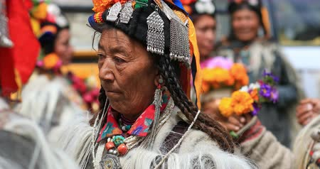 племенной : Local village festival in Ladakh. Tibet tribes in traditional costumes dances during celebration Стоковые видеозаписи
