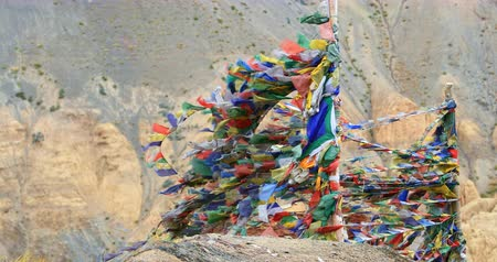 tybet : Buddhist shrine with many colorful prayer flags in north India, Ladakh, Himalaya mountains Wideo