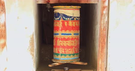 tibeti : Ancient Prayer Wheel in Buddhist Monastery in Ladakh, India