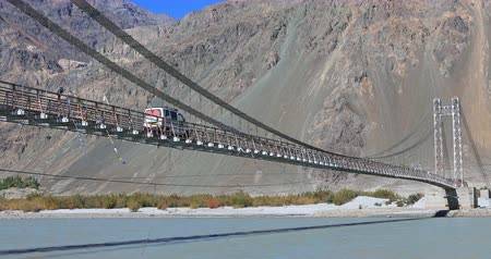 expedição : Long bridge in Himalaya mountains over Nubra river in Ladakh, north India