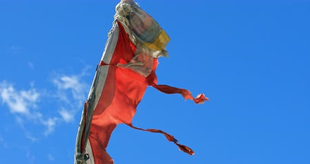 tibet : Red Buddhist flag in Tibet, Himalaya Stok Video