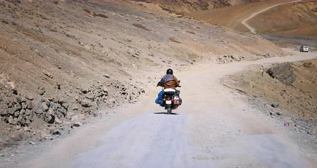 tibet : Traveling in Himalaya mountains adventure landscape. Motorbike on road trip in Ladakh region of northern India Stok Video
