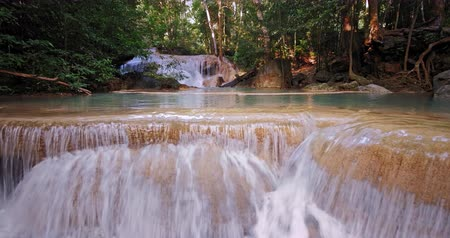 torrente : Clean fresh water waterfall cascades in tropical forest of Kanchanaburi national park Vídeos