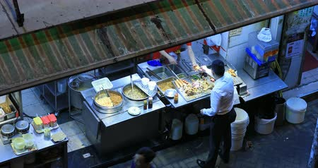карри : Exotic and tasty local street food sold by vendor at night market in Hong Kong. Urban scene view