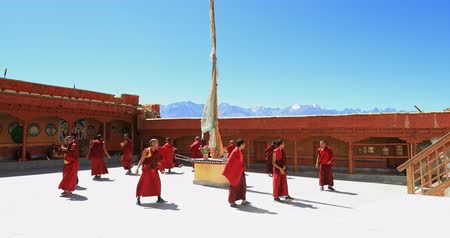 красный : Likir monastery holiday tantric dance and mystical Buddhist ritual in Ladakh, India Стоковые видеозаписи