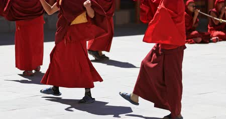 kmenový : Buddhist monks in traditional clothes dance on cultural performance in Ladakh