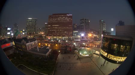 традиционный : Seoul City Seoul Station Bus Terminal - Zooming time lapse of traffic and architecture in downtown Seoul, Korea. Стоковые видеозаписи