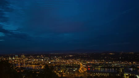 olho : Time lapse of downtown portland at night from above. Vídeos