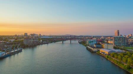 Роуз : Time lapse of downtown portland at sunrise from atop the freemont bridge.