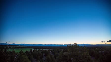 центральный : Time lapse of three sisters mountains in bend oregon. day to night