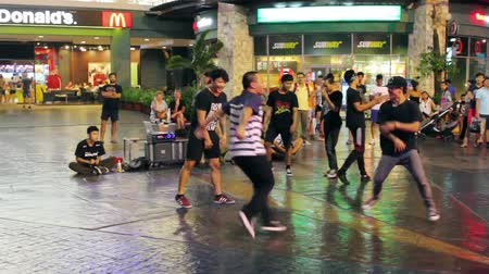 biodro : PHUKET, THAILAND - FEB 26, 2015: Young men perform break dancing while listening to hip hop & rap. Street dance is often improvisational, encouraging interaction & contact with spectators Wideo