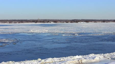 текущий : Powerful river does not freeze in winter, ice drifts downstream Стоковые видеозаписи