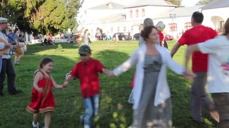 elszánt : Suzdal, Russia - Aug 26, 2018: Festival Summer of the Lord in Suzdal. Traditional Russian Round dance to the sound of a balalaika