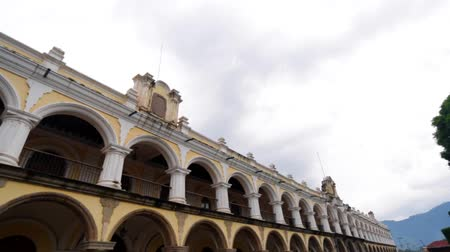 спокойные сцены : Pan of old building in Plaza Central in Antigua, Guatemala