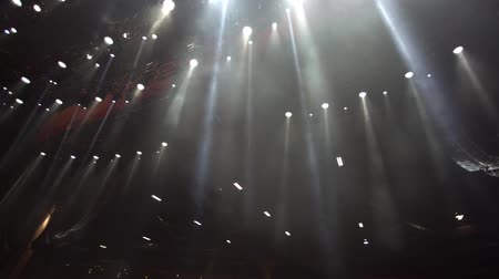 koncert :  Beautiful slow motion shot of spotlights on top of a stage