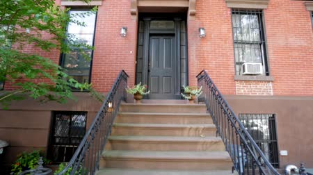 rua : Establishing shot of brownstone building from stairs Vídeos