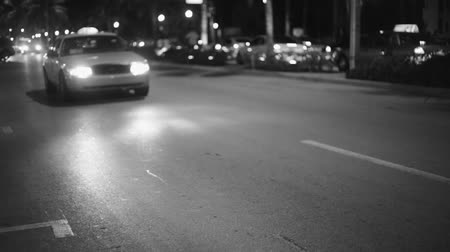 Майами : Shot in Black and White, cars driving by on a street in Miami