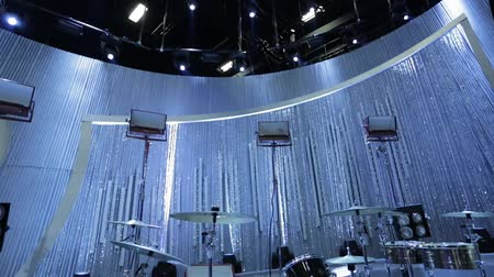 souprava : Tilt up from stage with instruments to the top of a studioset