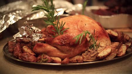 bandeja : Beautiful turkey on a table before a meal.   On the back you can see movement as part of the meal preparation Stock Footage