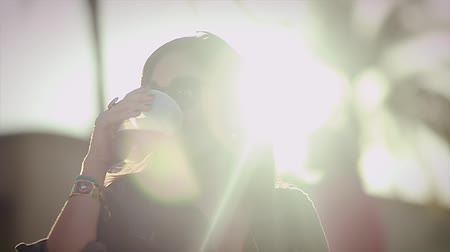 estilo de vida saudável : Beautiful Lifestyle Slow Motion shot of Woman enjoying a beautiful day out while having a drink