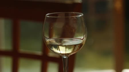 şarap kadehi : Interior shot of a Glass of White wine with nice reflection.