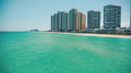 EDITORIALBeautiful pan of ocean and buildings at beach in Sunny Isles, Miami.  Taken from the Pier Vídeos