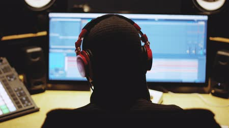 громкоговорители : SLow Motion of a Music Produceraudio engineer working in front of the computer on track song in a beautiful studio. Computer screen in the back Стоковые видеозаписи