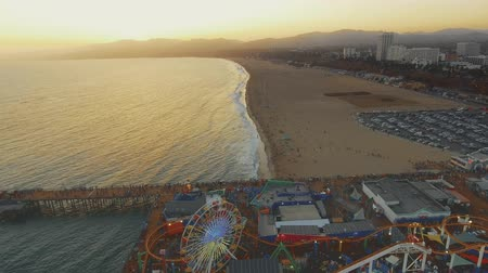 szórakoztatás : Sunset Aerial shot going over the Santa Monica Pier in California and ending in the beach