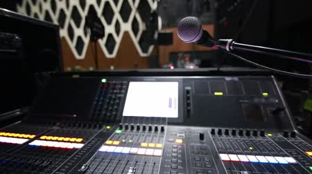 mikrofon : Close-up of monitor console and microphone on stage during sound check before a concert
