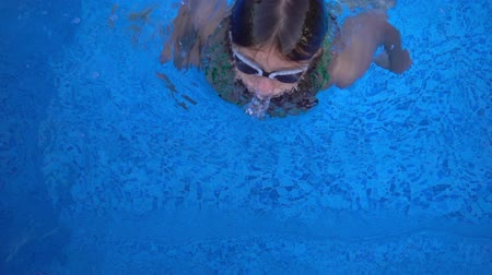 pływanie : Child is Swimming in Swimming Pool Wideo