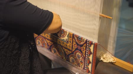 Masters of carpet weaving for knitting carpets Wideo