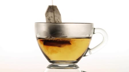 сумка : Brewing up hot tea with teabag isolated on white background Стоковые видеозаписи