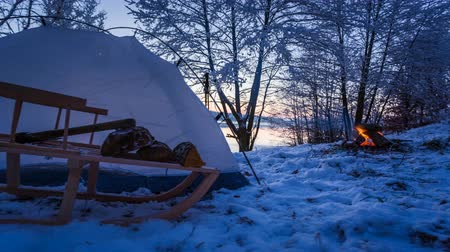 zimní : Winter camp at the lake with a bonfire 4k timelapse