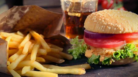 жарить : Fresh takeaway hamburger with cold drink and fries