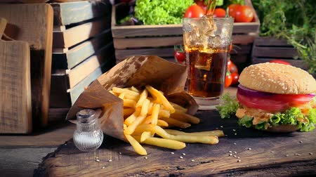 hambúrguer : Delicious takeaway burger with cold drink and fries