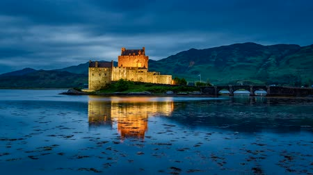 aeródromo : Beautiful sunset over the lake at Eilean Donan Castle in Scotland, 4k, timelapse Stock Footage