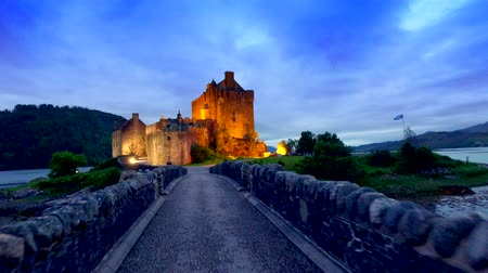 aeródromo : Footpath to the beautiful illuminated Eilean Donan Castle at sunset in Scotland Stock Footage