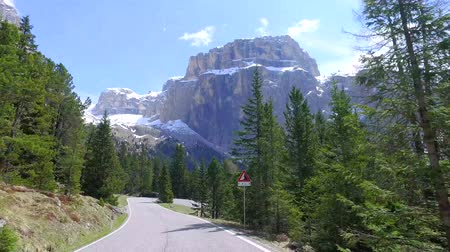 Европа : Speeding car on a winding road in the Dolomites, Italy