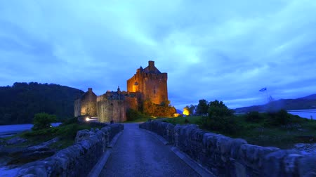 aeródromo : Beautiful dusk at illuminated Eilean Donan Castle over the lake in Scotland