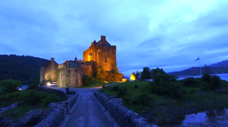 aeródromo : Path to illuminated Eilean Donan Castle over the lake in Scotland, UK