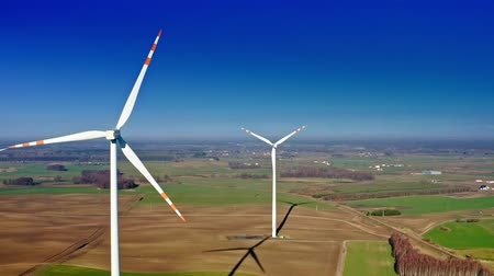 пропеллер : White wind turbine on brown field with blue sky, aerial view