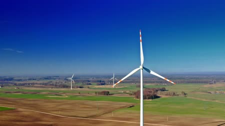 устойчивость : Aerial view of white wind turbine with blue sky on farm field